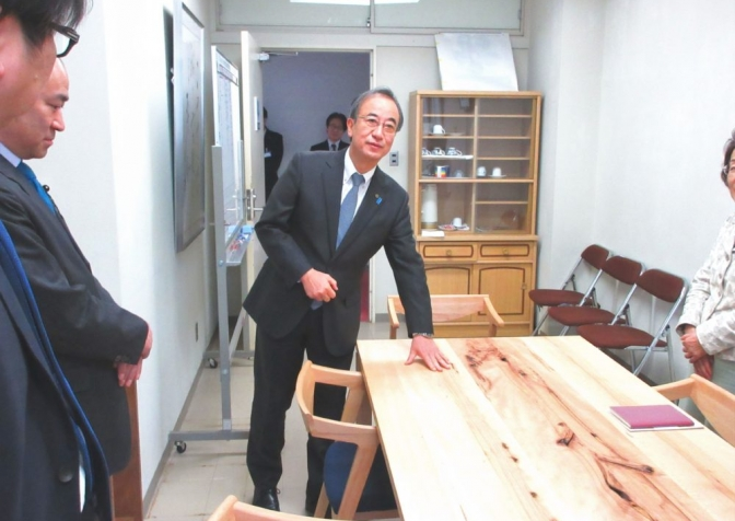 花角知事とスノービーチテーブル